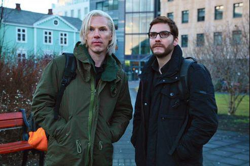 La figure fascinante mais controversée de Julian Assange (ci-dessus interprété par Benedict Cumberbach, à gauche) intéresse six maisons de production.