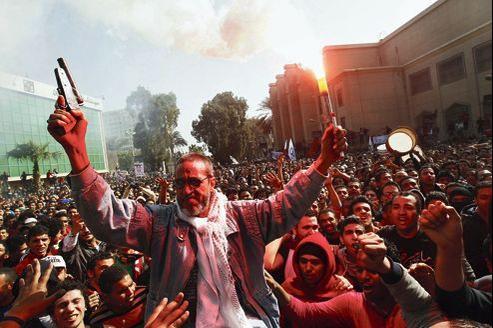 Le père d'un supporteur de l'équipe cairote des al-Ahly, mort après le match du 1er février 2012, fête, samedi au Caire, avec d'autres supporteurs, la condamnation à mort de jeunes accusés issus des Masry de Port-Saïd.