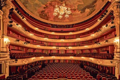 La salle a retrouvé ses dominantes blanc, or, rouge. Mais les loges d'avant-scène du premier balcon ont été laissées couleur bois.