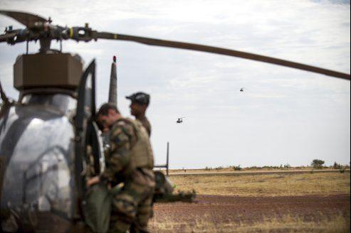 Des hélicoptères français rentrent au camp militaire de Sévaré après avoir effectué leur mission à Tombouctou.