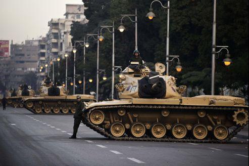 De nombreux chars sont déployés dans les rues du Caire, non loin du palais présidentiel.