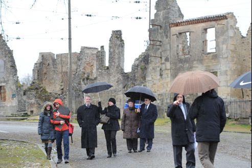 Les enquêteurs allemands marchent pour la première fois dans le centre du village martyr d'Oradour-sur-Glane, ce mardi.