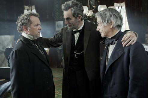 Daniel Day-Lewis (au centre) incarne le Lincoln des quatre derniers mois de sa vie.