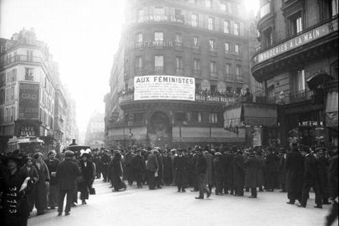 Manifestation féministe à Paris, rue Montmartre, le 29 mars 1914.