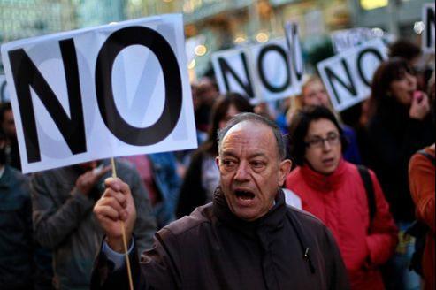 Les fonctionnaires espagnols descendent régulièrement dans la rue depuis plusieurs mois pour s'opposer aux mesures d'économies du gouvernement.