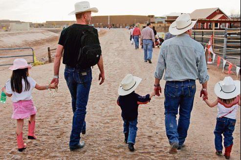 Un couple homosexuel américain a fait appel à la gestation pour autrui pour leurs trois enfants (ici lors d'un rodéo dans l'Arizona, en 2006).