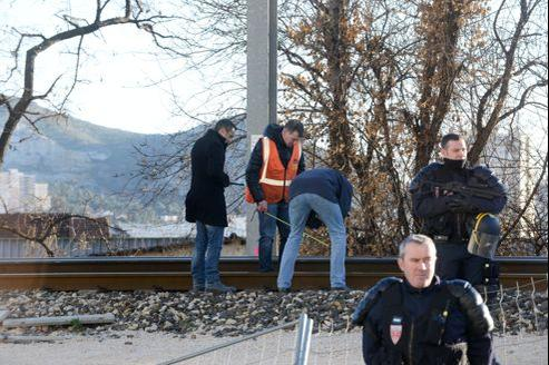 Des policiers sur les lieux de l'attaque du TGV, samedi, devant la cité Air Bel, à Marseille.