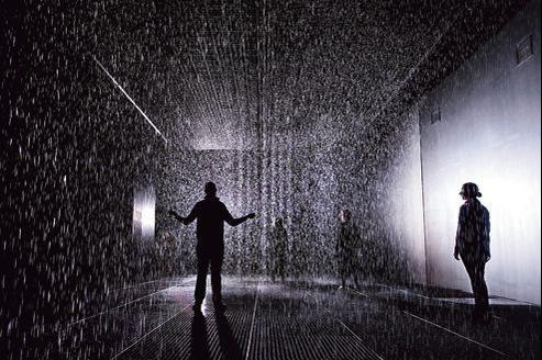 Dans une salle obscure, plus de 3500 litres d'eau recyclée tombent toute la journée.