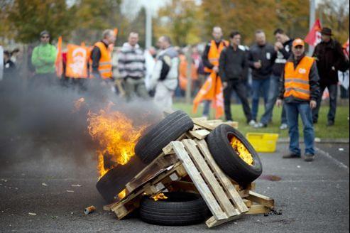 Des salariés d'Electrolux qui manifestent fin 2012 contre la fermeture de l'usine de lave-linges de Revin (Ardennes), prévue en 2014.
