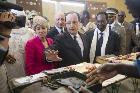 François Hollande a examiné samedi des manuscrits calcinés par les groupes islamistes.
