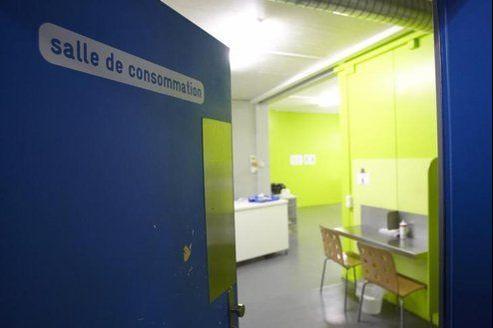 Souvent citée en exemple, la salle Quai 9, créée au début des années 2000 près de Genève, accueille 50 à 70 toxicomanes par jour.