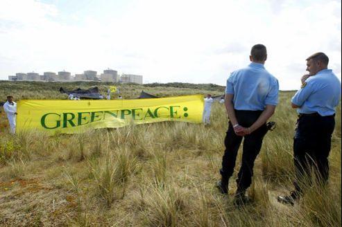 L'ordinateur qui avait été piraté en 2006 était celui du directeur des campagnes de Greenpeace (sur la photo, des militants de Greenpeace manifestent, en 2004, devant la centrale nucléaire de Gravelines).