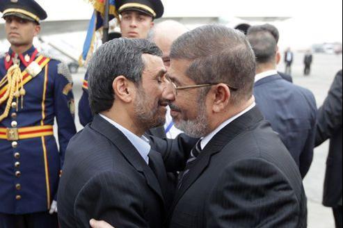 Mohammed Morsi, président égyptien, et Mahmoud Ahmadinejad, leader de l'Iran, se rencontrent au Caire le 5 février 2013, à l'occasion du sommet de l'Organisation de la coopération islamique (OCI).