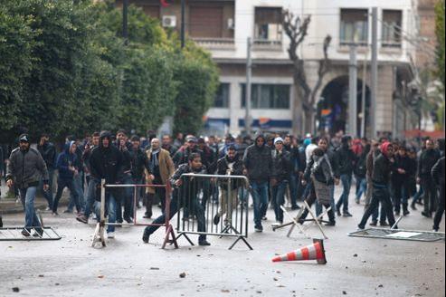 Des milliers de Tunisiens manifestaient mercredi devant le ministère de l'Intérieur, en plein coeur de Tunis.