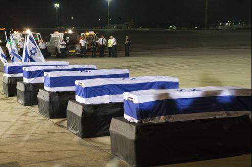 Les corps des Israéliens tués à Bourgas, en août 2012, ont été rapatriés en Israël dans les jours qui suivirent l'attentat mettant en cause le Hezbollah (ici, à l'aéroport Ben Gourion de Tel-Aviv).