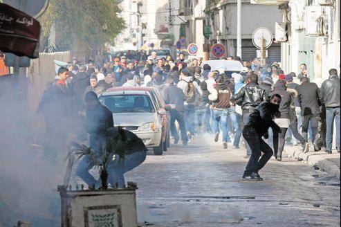 Des affrontements ont eu lieu jeudi, près du ministère de l'Intérieur à Tunis, entre les forces de l'ordre et les manifestants qui protestaient contre le meurtre de l'opposant tunisien Chokri Belaïd.