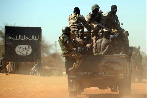 Des rebelles islamistes présumés arrêtés par l'armée malienne, vendredi, au nord de Gao.