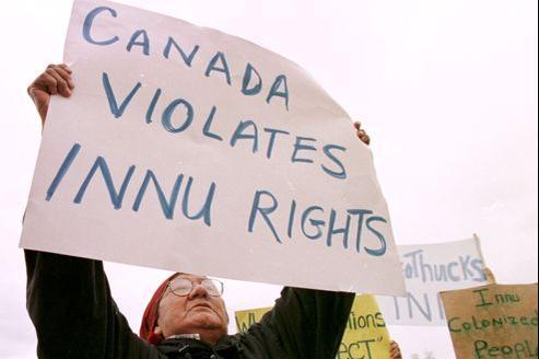 Une femme inuit proteste contre le gouvernement canadien. (image d'illustration)