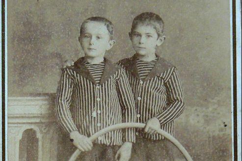 Deux jeunes garçons avec un cerceau (fin XIXe - début XXe siècle).