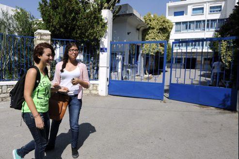 Des élèves devant les grilles du lycée français Mendès-France, à Tunis.