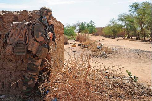 À Gao, dimanche matin, des marsouins de la 1re compagnie du 2e Rima sécurisent la zone où deux attentats suicides ont été perpétrés en moins de 48heures.