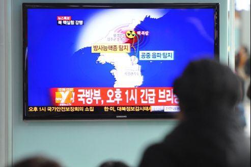 Un Sud-Coréen devant un JT annonçant un potentiel essai nucléaire nord-coréen, mardi, à Séoul.
