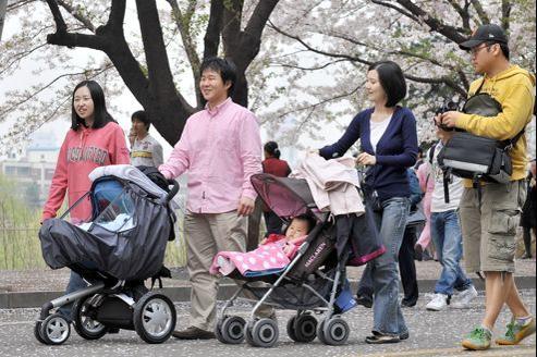 En Corée, les mères retrouvent rarement leur emploi après leur congé maternité et sont condamnées à rester à la maison ou à enchaîner les petits boulots.