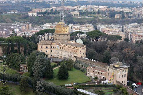 Le monastère Mater Ecclesiae, au premier plan à droite, se situe sous la tour de Radio Vatican.