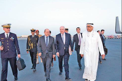 Le ministre de la Défense, Jean-Yves Le Drian, à son arrivée à Doha au Qatar, samedi.