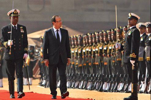 François Hollande inspecte la garde d'honneur indienne lors d'une cérémonie au palais présidentiel, à New Dehli, le 14 février.