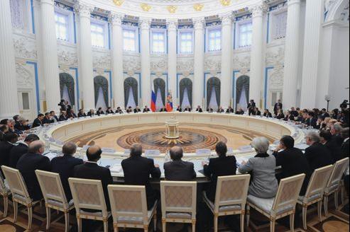 Vladimir Poutine et les ministres des Finances, à Moscou, le 15 Février 2013.