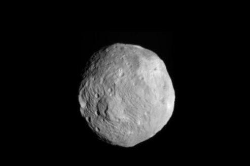 Cet astéroïde de 45 mètres de diamètre, pour une masse de 135.000 tonnes, passera à seulement 27.700 kilomètres de notre planète.