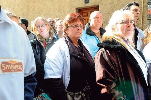 Des employés de Spanghero rassemblés vendredi devant la préfecture de Carcassonne, dans l'attente d'être reçus par le préfet.