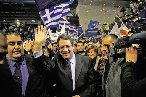 Grand favori du scrutin, Nikos Anastasiadis, le chef du parti de droite Disy, prône la relance de l'économie, l'austérité et un sauvetage international pour l'économie chypriote.