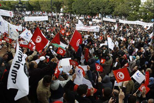 Les manifestants, dont les rangs ne cessent de grossir, brandissent des dizaines d'étandards du parti islamiste, de drapeaux nationaux, ainsi que quelques bannières noires de la mouvance salafiste.