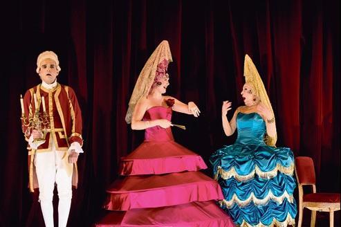 Safir Behloul, Julies Fuchs, dans le rôle de Ciboulette, et Bernadette Lafont (de gauche à droite).