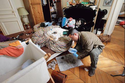 Un enquêteur de la police scientifique procède à des relevés d'empreintes sur les lieux d'un cambriolage, dans le IXe arrondissement.