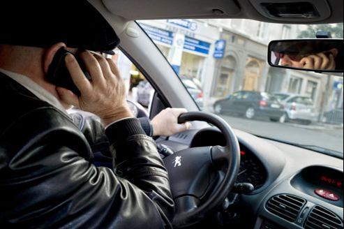 76% des 18-24 ans avouent utiliser plusieurs fonctions de leur smartphone au volant.