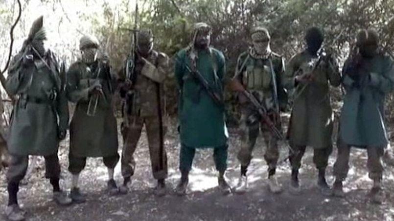 Des membres de la secte Boko Haram, dont son leader Abubakar Shekau (au centre). Image extraite d'une vidéo diffusée en mars 2013.