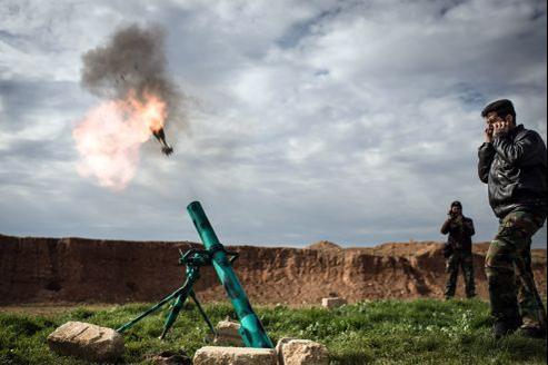 Des rebelles syriens tirent au mortier sur les forces pro-Assad, à al-Bab, à 30 km au nord-est d'Alep, où une police religieuse a été créée à l'automne dernier.