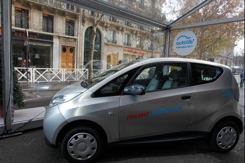 La Bluecar est une petite citadine, de couleur «aluminium gris brossé» pour Autolib', qui dispose d'une autonomie de 250 km en ville et 150 km au-delà. Sébastien SORIANO / Le Figaro