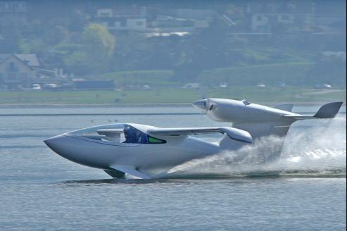 Lisa Airplanes a mis au point un hydravion biplace ultra-léger capable de se poser sur la terre, la neige ou l'eau. Crédit Photo: Lisa Airplanes.