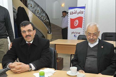 Ali Larayedh (à gauche), jeudi avant une réunion du parti Ennahda, à Tunis.