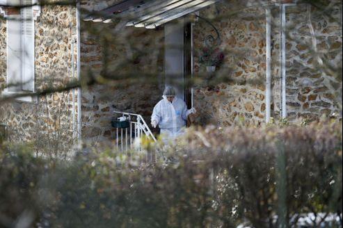 Des officiers de police fouillent la maison où trois enfants ont été retrouvés égorgés vendredi matin à Dampmart, en Seine-et-Marne.
