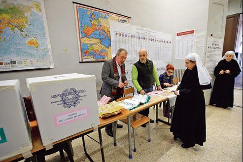 Des religieuses votent dans un bureau du centre de Rome, dimanche.