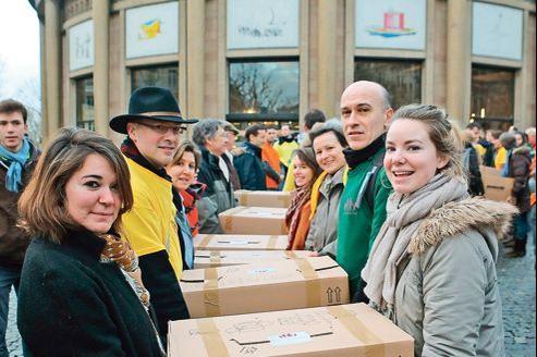 Membres du collectif devant le Cese à Paris lors du dépôt des signatures le 15 février.