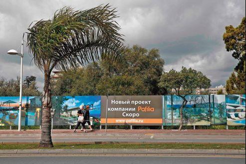 Publicité en russe dans les rues de Limassol annonçant un programme de constructions dans l'immobilier.