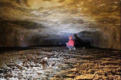 Le spéléologue Éric Gilli dans le souterrain qu'il a découvert. Il avait repéré les deux entrées du tunnel en 1984, lors d'un de ses nombreux voyages dans la région.