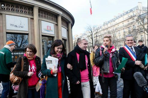 Des membres du collectif La Manif pour tous devant le Cese à Paris lors du dépôt des signatures le 15 février.