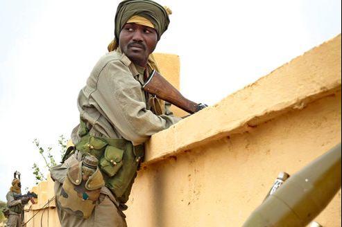 Des soldats tchadiens sécurisent l'aéroport de Gao, le 27 janvier. La plupart des 2000 militaires de leur contingent ont rapidement quitté la ville pour les combats dans le nord du Mali.
